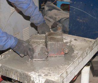 процесс испытания бетона на сжатие